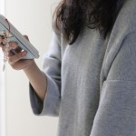 スマートフォンを活用して、生活を簡便化し豊かに暮らす人のイメージ画像。情報にもバリアフリーを。障がい者とその関係者のコミュニティ、情報サイト。ナレバリ