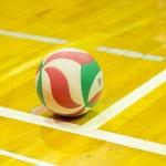 パラスポーツを含めた屋内でのスポーツを想定させる、体育館とボールの画像。情報にもバリアフリーを。障がい者とその関係者のコミュニティ、情報サイト。ナレバリ