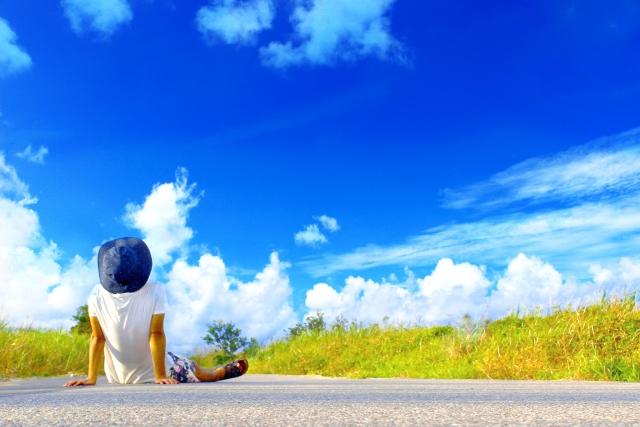 一人で自立して、とても良い天気の、爽快な青空を眺める様子。情報にもバリアフリーを。障がい者とその関係者のコミュニティ、情報サイト。ナレバリ