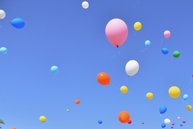 たくさんの風船が空高く舞い上がり、開放的で前向きな気分を連想させるイメージ画像。情報にもバリアフリーを。障がい者とその関係者のコミュニティ、情報サイト。ナレバリ