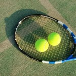 パラスポーツでも使われる、テニスコートにおいてあるテニスの道具。