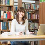 様々なサービスを提供する図書館で勉強をする女性の写真。情報にもバリアフリーを。障がい者とその関係者のコミュニティ、情報サイト。ナレバリ