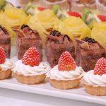 イベントや集まり、パーティーで振舞われるおいしそうなケーキが並んでいる画像。