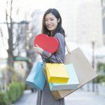 たくさんの買い物袋を手にして、お買い物を楽しんでいる女性の画像。
