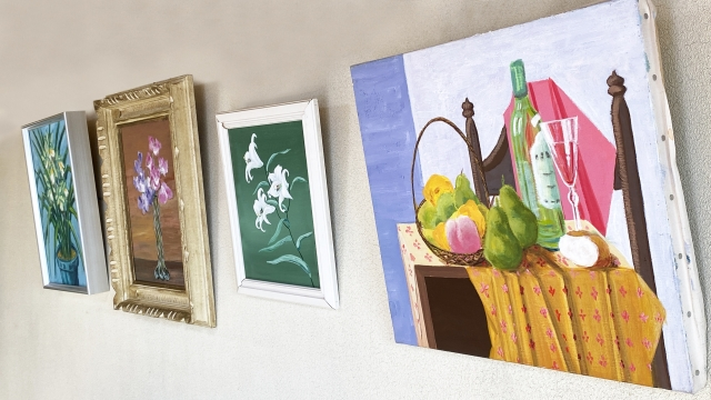 障がい者が評価されるカテゴリーの一つである、芸術、アート作品としての絵画が壁に飾られている様子。