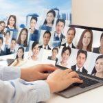 パソコンを入り口にして、社会の沢山の人たちと繋がり、情報のやり取りをしているイメージ画像。情報にもバリアフリーを。障がい者とその関係者のコミュニティ、情報サイト。ナレバリ