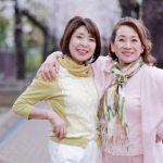 仲の良いお友達とのお出かけを楽しんでいる女性二人のイメージ。情報にもバリアフリーを。障がい者とその関係者のコミュニティ、情報サイト。ナレバリ