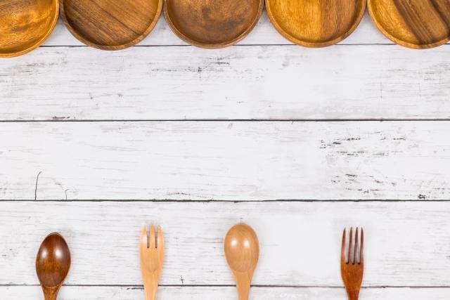 木製の食器お皿とフォークとスプーンの画像。どれを選びますか?情報にもバリアフリーを。障がい者とその関係者のコミュニティ、情報サイト。ナレバリ
