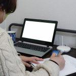 一人で画面を見ながら集中して仕事をしている男性のイメージ。情報にもバリアフリーを。障がい者とその関係者のコミュニティ、情報サイト。ナレバリ