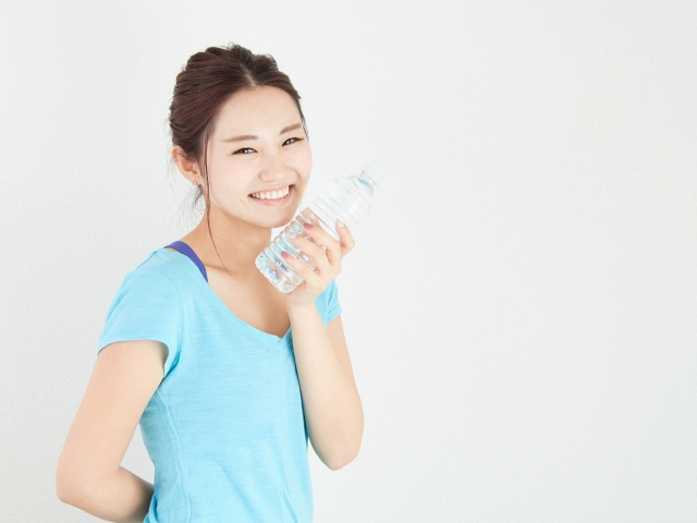スポーツ中は水分補給が大切。スポーツを楽しむ女性のイメージ画像。情報にもバリアフリーを。障がい者とその関係者のコミュニティ、情報サイト。ナレバリ