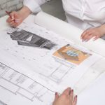住宅のリフォームプランを検討している福祉住環境コーディネーターの資格を持つ建築業者の女性設計士のイメージ画像。情報にもバリアフリーを。障がい者とその関係者のコミュニティ、情報サイト。ナレバリ