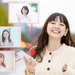 友達とスマートフォンでつながっていることをうれしくたのしく感じている女性の生き生きとした笑顔の画像。情報にもバリアフリーを。障がい者とその関係者のコミュニティ、情報サイト。ナレバリ
