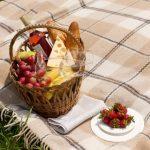 ピクニックにお出掛けして屋外でランチを楽しもうとしているイメージ画像。情報にもバリアフリーを。障がい者とその関係者のコミュニティ、情報サイト。ナレバリ