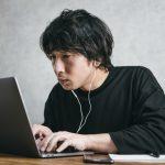 在宅ワークやテレワークやリモートワークにより自宅でパソコンを使って仕事をする男性のイメージ画像。情報にもバリアフリーを。障がい者とその関係者のコミュニティ、情報サイト。ナレバリ