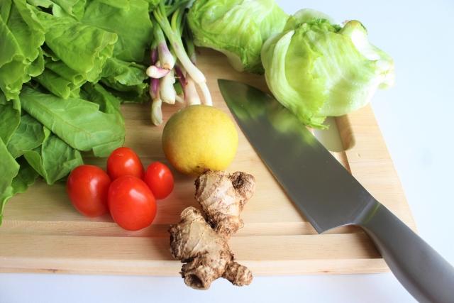 キッチンで食材を準備して料理の下ごしらえをしようとしているイメージ画像。情報にもバリアフリーを。障がい者とその関係者のコミュニティ、情報サイト。ナレバリ