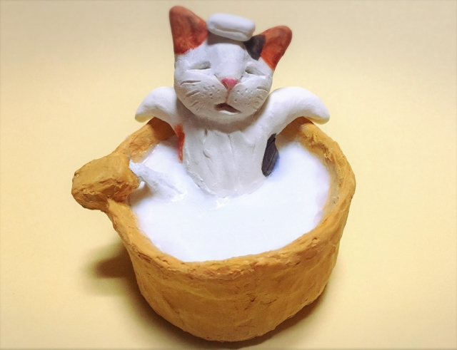 お風呂に浸かって気持ちよさそうにリフレッシュをするストレス解消する猫の人形。情報にもバリアフリーを。障がい者とその関係者のコミュニティ、情報サイト。ナレバリ