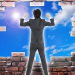 自分で壁を壊して新しい世界にチャレンジしようとしている意欲のある男性の画像。情報にもバリアフリーを。障がい者とその関係者のコミュニティ、情報サイト。ナレバリ