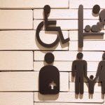 バリアフリーを必要とするたちをイメージしたピクトグラム。情報にもバリアフリーを。障がい者とその関係者のコミュニティ、情報サイト。ナレバリ