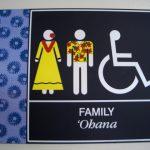 ハワイの空港の多目的トイレのピクトグラム。情報にもバリアフリーを。障がい者とその関係者のコミュニティ、情報サイト。ナレバリ