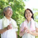運動で健康的な生活を送る熟年夫婦の様子。情報にもバリアフリーを。障がい者とその関係者のコミュニティ、情報サイト。ナレバリ