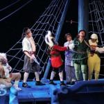 公演の一場面。登場人物の衣装や表情も音声で解説される(県立ピッコロ劇団提供)