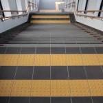 車椅子生活、車いす生活には障害物となり、悩みの種でもある、点字ブロックと階段の様子。情報にもバリアフリーを。障がい者とその関係者のコミュニティ、情報サイト。ナレバリ