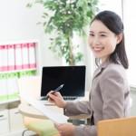 障がい者の働く場所の提供や、就業のサポートをしてくれる、就労支援事業所の女性係員をイメージした画像。情報にもバリアフリーを。障がい者とその関係者のコミュニティ、情報サイト。ナレバリ