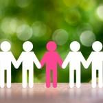 一人だけ違う個性を持った人がみんなと手をつないで仲良くしている仲間の様子。情報にもバリアフリーを。障がい者とその関係者のコミュニティ、情報サイト。ナレバリ