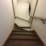 自宅の階段に手すりを付けているものの、階段が狭くまだまだバリアフリーの余地のあることを想像させる画像。情報にもバリアフリーを。障がい者とその関係者のコミュニティ、情報サイト。ナレバリ