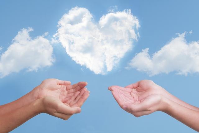 恋愛を想定させる、二人の手からハート形の雲が生まれている様子。情報にもバリアフリーを。障がい者とその関係者のコミュニティ、情報サイト。ナレバリ