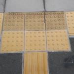 駅前に張られている点字ブロックの様子。情報にもバリアフリーを。障がい者とその関係者のコミュニティ、情報サイト。
