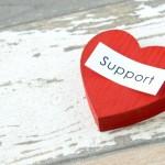恋愛を想起させる赤いハートのデザインの上に、家族や友人のサポートが重要である旨を表現した画像。情報にもバリアフリーを。障がい者とその関係者のコミュニティ、情報サイト。ナレバリ