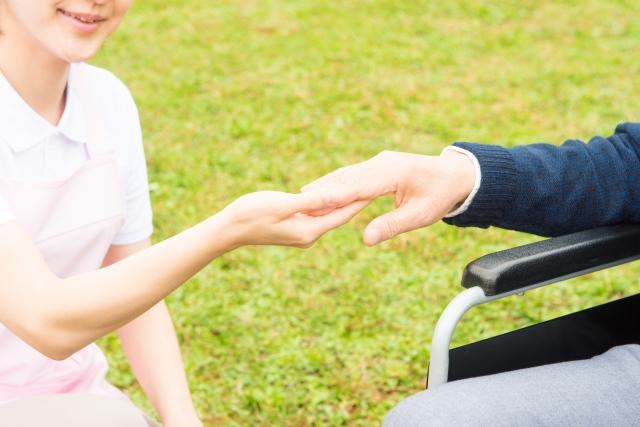 障害者のお手伝いをする様子。情報にもバリアフリーを。障がい者とその関係者のコミュニティ、情報サイト。
