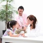 絵や文字を使いながら、家族でコミュニケーションをとっている様子。情報にもバリアフリーを。障がい者とその関係者のコミュニティ、情報サイト。