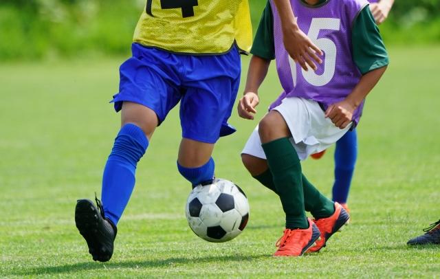 CPサッカー、脳性まひのサッカーの試合を想定させるイメージ画像。外でボールを蹴り、走り回るのは楽しいです。