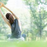 天気の良い公園でリラックスしてヨガやストレッチを楽しむ綺麗な女性のイメージ画像。情報にもバリアフリーを。障がい者とその関係者のコミュニティ、情報サイト。ナレバリ