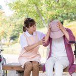 杖を利用していて悩みを抱えている女性をなだめるように話しかける女性介護士の画像。情報にもバリアフリーを。障がい者とその関係者のコミュニティ、情報サイト。ナレバリ