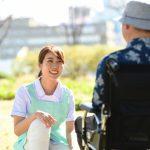 車いすの障がい者の外出支援を行うサポーターの女性の笑顔が優しい。こうまるさんによる写真ACからの写真
