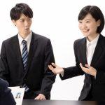 仕事に就くための就職活動の面接で自分のことを一生懸命話している女性のイメージ画像。情報にもバリアフリーを。障がい者とその関係者のコミュニティ、情報サイト。ナレバリ
