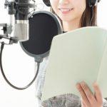 レコーディングで歌を歌っているアイドルの女性をイメージした画像。情報にもバリアフリーを。障がい者とその関係者のコミュニティ、情報サイト。ナレバリ