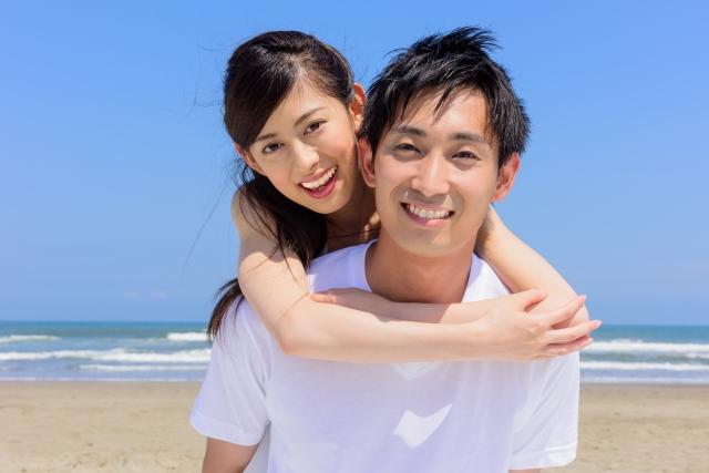 女性をおんぶした男性。二人の笑顔が仲のよさそうな印象を与えるイメージ画像。acworksさんによる写真ACからの写真。情報にもバリアフリーを。障がい者とその関係者のコミュニティ、情報サイト。ナレバリ