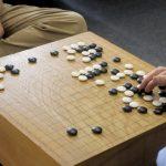 障がい者でも楽しめるインドアな趣味の一つである囲碁を友達や仲間と楽しんでいるイメージ画像。情報にもバリアフリーを。障がい者とその関係者のコミュニティ、情報サイト。ナレバリ
