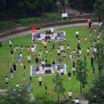 様々なつながりから集まりを形成するコミュニティの例の一つである夏休みのラジオ体操に集まる人々の様子。情報にもバリアフリーを。障がい者とその関係者のコミュニティ、情報サイト。ナレバリ
