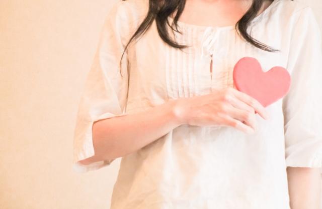誰かに恋をし始めたころの楽しくウキウキながらも不安で心配な女性の雰囲気を醸し出しているイメージ画像。情報にもバリアフリーを。障がい者とその関係者のコミュニティ、情報サイト。ナレバリ