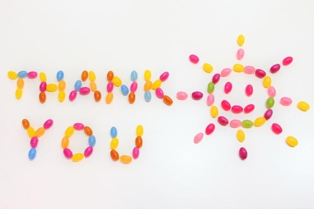 日常の感謝の気持ちを伝えるありがとうサンキューという文字をグミで書いた写真。情報にもバリアフリーを。障がい者とその関係者のコミュニティ、情報サイト。ナレバリ