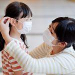 子供との外出時に鞄からマスクを出して子供に着けてあげているお母さんの画像。情報にもバリアフリーを。障がい者とその関係者のコミュニティ、情報サイト。ナレバリ