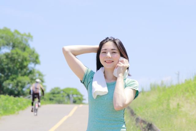 爽やかにスポーツでかいた汗をタオルで拭う女性のイメージ画像。情報にもバリアフリーを。障がい者とその関係者のコミュニティ、情報サイト。ナレバリ
