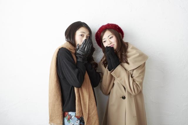 寒さ対策をして友達と出かける準備をしている女性たちの様子。情報にもバリアフリーを。障がい者とその関係者のコミュニティ、情報サイト。ナレバリ