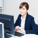 明るい笑顔で働く女性の画像。情報にもバリアフリーを。障がい者とその関係者のコミュニティ、情報サイト。ナレバリ