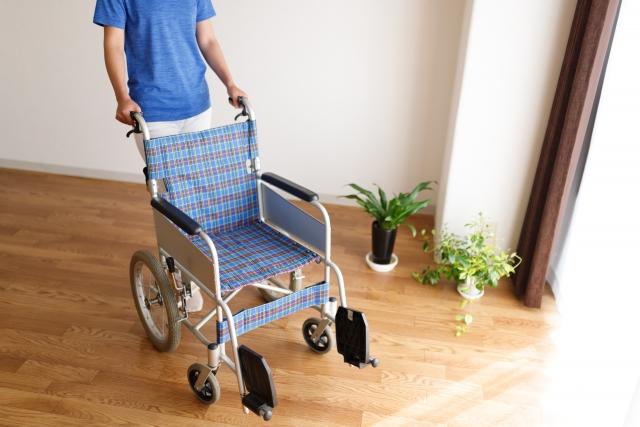 自宅で車いすが十分に動けるスペースが確保できていることを確認する女性の画像。バリアフリー住宅を建てる、リフォームするために大切な確認事項。情報にもバリアフリーを。障がい者とその関係者のコミュニティ、情報サイト。ナレバリ